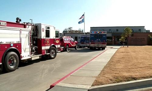 Xe cảnh sát và cứu thương được điều động đến trường Fillmore. Ảnh: Fox 5 San Diego