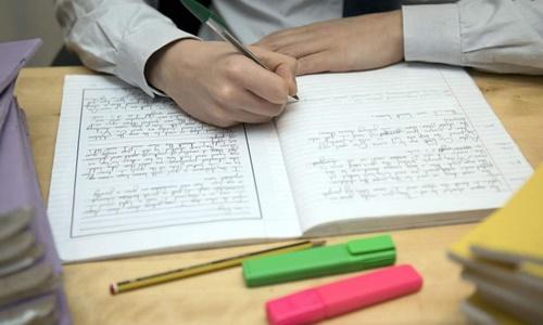 Nguyên nhân bé trai 9 tuổi bị đánh có thể là do em không chịu làm bài tập về nhà. Ảnh minh họa: Independent.