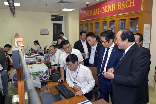 Tổ công tác kiểm trathủ tục hành chính về môi trường đô thị tại một đơn vị của TP Hà Nội. Ảnh: Quang Hiếu.