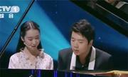 Cô gái Trung Quốc chơi đàn piano bằng tay giả