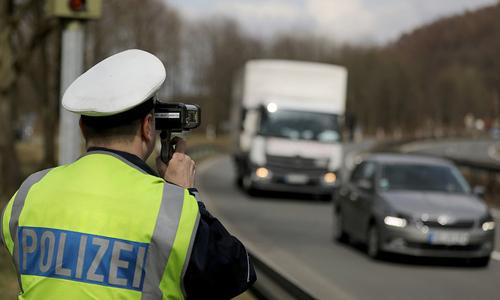 Một cảnh sát tại Đức đo tốc độ các xe di chuyển trên đường. Ảnh: NPR.