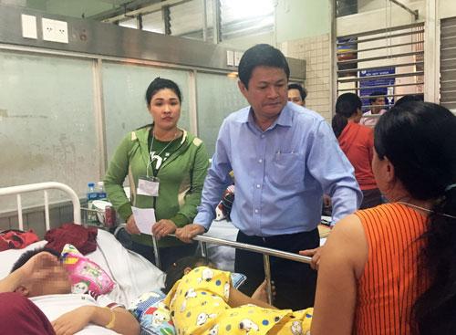 Ông Huỳnh Cách Mạng, Phó chủ tịch UBND TP HCM (áo xanh) thăm học sinh bị thương nằm điều trị tại Bệnh viện Chợ Rẫy chiều 20/11. Ảnh: Mạnh Tùng.