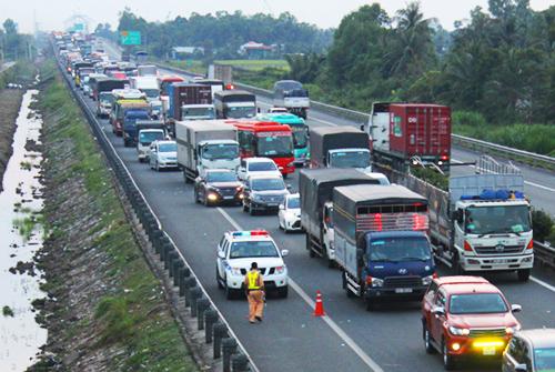 Tai nạn làm xe ùn tắcgần 3 km trên cao tốc Trung Lương. Ảnh: An Nam.