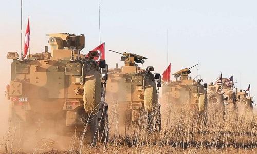 Đoàn xe tuần tra chung của Mỹ và Thổ Nhĩ Kỳ tại Manbij ngày 1/11. Ảnh: AP.