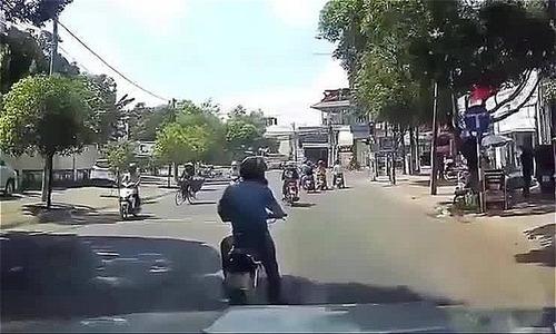 Thanh niên ngoan cố dừng xe máy tránh nắng giữa đường bất chấp ôtô bóp còi