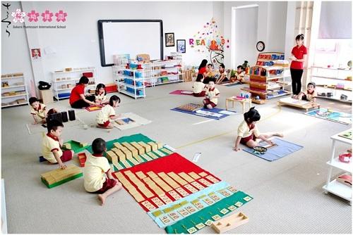 Không gian lớp học với diện tích trung bình trên 80m2đầy đủ giáo cụ chuẩn quốc tế.