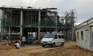 Sàn nhà máy đang xây dựng đổ ập, đè trúng 5 công nhân