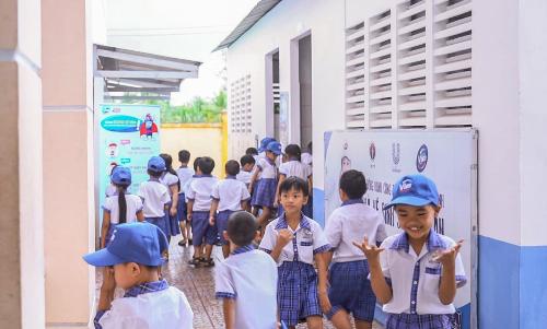Khi biết tin về nhà vệ sinh mới như mơ, học sinh trường Nguyễn Trung Kiên hào hứng thấy rõ.