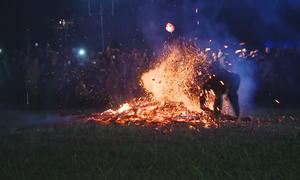 Thanh niên chân trần nhảy lửa trong lễ hội ở Hà Giang