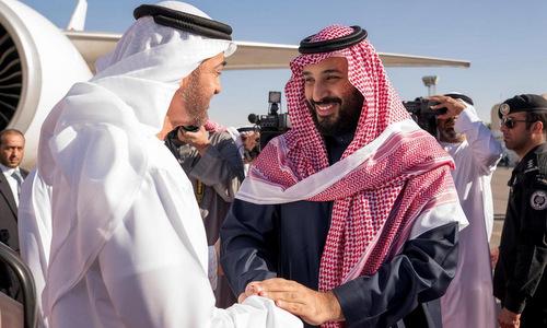 Thái tử Mohammed (phải) trong cuộc gặp Thái tử Abu Dhabi hồi năm ngoái. Ảnh: Reuters.