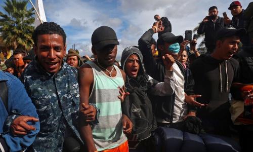 Người di cư tập trung ở biên giới Mỹ - Mexico ngày 22/11. Ảnh: Reuters.