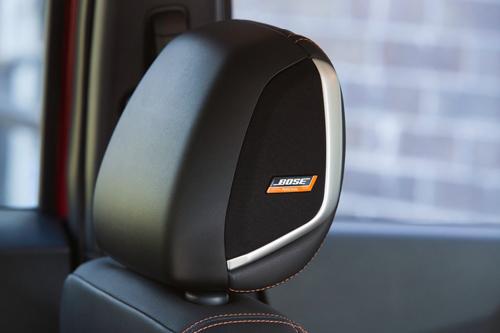 Loa Bose trên tựa đầu ghế xe Nissan Kicks.