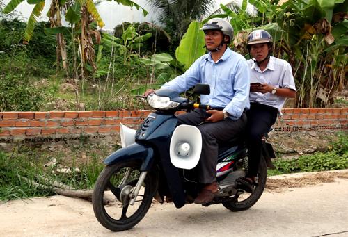 Chính quyền thị xã La Gi, Bình Thuận phát loa tuyên truyền người dân đối phó với bão số 9 chiều 23/11. Ảnh: Phước Tuấn