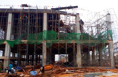 Sập công trình tòa nhà, bêtông đè 5 công nhân