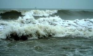 Sóng đánh tràn vào khu dân cư, Bình Thuận di dân khẩn cấp