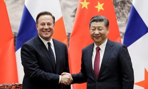 Chủ tịch Trung Quốc Tập Cận Bình (phải) tiếp Tổng thống Panama Juan Carlos Varela tháng 11 năm ngoái. Ảnh: Reuters.
