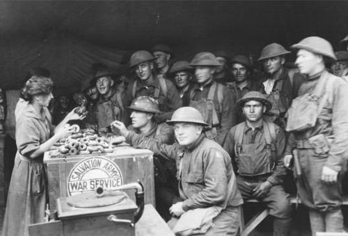 Lính Mỹ chờ bánh donut trong Chiến tranh Thế giới I.
