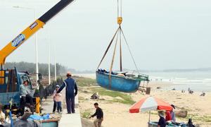 Hàng trăm thuyền thúng được cẩu lên bờ tránh bão Usagi