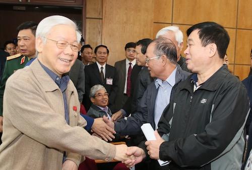 Tổng bí thư, Chủ tịch nước Nguyễn Phú Trọng chào hỏi cử tri sáng 24/11. Ảnh: Ngọc Thắng