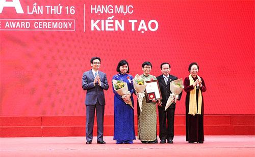 Phó Thủ tướng Vũ Đức Đam (bìa trái) và nguyên Phó Chủ tịch nước Nguyễn Thị Doan (bìa phải) trao giải thưởng Kiến tạo cho tác giả ba công trình nghiên cứu. Ảnh: H. Nhung.