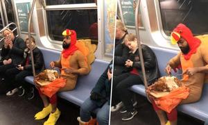 Blogger nổi tiếng New York hóa gà tây, ngồi ăn gà trên tàu điện ngầm