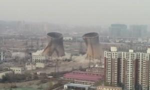 Tháp nhà máy điện cao 105 mét nổ tung trong nháy mắt