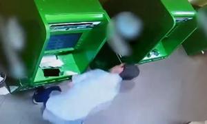 Trộm đập ATM ở Nga, lấy phải két giả