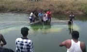 Xe buýt lao xuống kênh ở Ấn Độ, 28 người chết đuối
