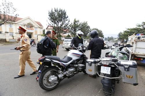 Cácmôtô vi phạm bị chặn lại, xử phạtở thị trấn Liên Nghĩa, huyện Đức Trọng, ngày 23/11. Ảnh: Khánh Hương.