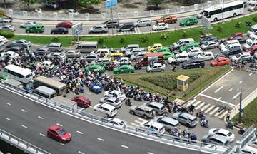 Vì sao cầu vượt Tân Sơn Nhất thông thoáng mà sân bay vẫn kẹt xe?