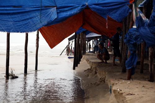 Khu vực bãi tắm xã Cam Bình, thị xã La Gi, Bình Thuận sóng đánh lớn gây sạt lở. Ảnh: Phước Tuấn