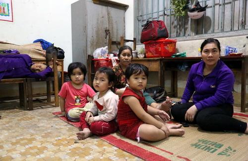 Người dân được di dời lên trường tiểu học Tân Phước để trú bão chiều 24/11. Ảnh: Phước Tuấn
