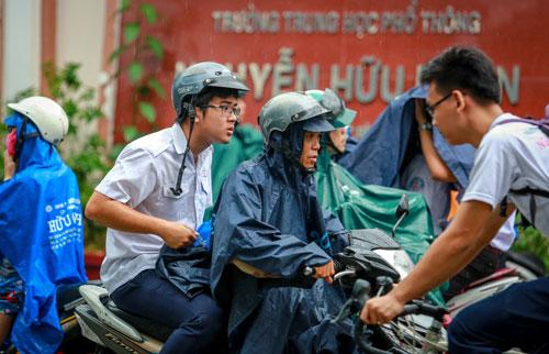 Học sinh TP HCM tan học trong một cơn mưa. Ảnh minh họa: Thành Nguyễn.