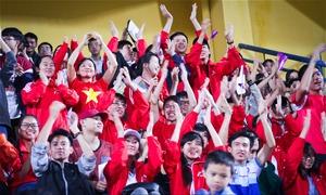 Cổ động viên đón đội tuyển Việt Nam đấu với Campuchia