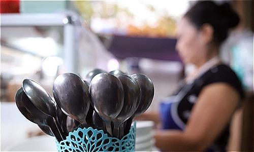 Quán ăn của bà Thọ đã đổi muỗm có rãnh sang loại không có rãnh. Ảnh: Nguyễn Đông.