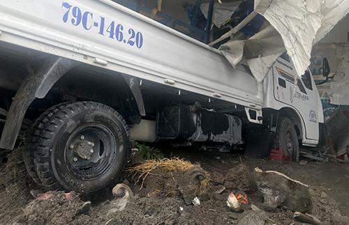 Xe tải lao vào quán ăn trên Quốc lộ 1A, khi qua Khánh Hòa. Ảnh: An Phước