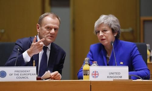 Thủ tướng Anh Theresa May (phải) và Chủ tịch Hội đồng châu Âu Donald Tusk tại cuộc họp ở Bỉ ngày 25/11. Ảnh: AFP.
