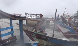 Ngư dân xã đảo ở TP HCM gia cố tàu thuyền trong lúc biển động