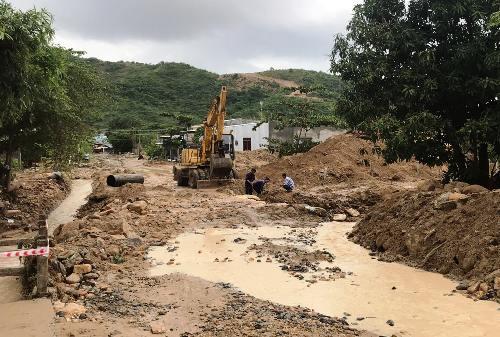 Đất đá do sạt lở đèo Cù Hin làm tê liệt đường Nguyễn Tất Thành đi sân bay Cam Ranh(Khánh Hòa). Ảnh: An Phước.