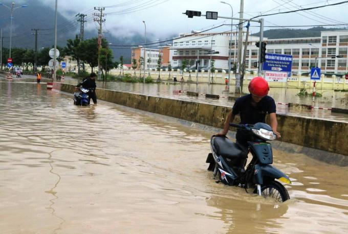 Hàng loạt điểm ngập lụt, sạt lở 'bao vây' Nha Trang