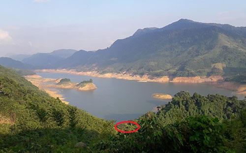 Làng Zlao nằm khuất giữa núi rừng, hướng ra lòng hồ thủy điện A Vương đẹp như tranh vẽ nhưng không đường, điện, trường và mặt bằng. Ảnh: Đắc Thành.