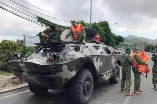 Bộ chỉ huy quân sự tỉnh Khánh Hòađã điều động 10 xe bọc thép ứng trực để đợi lệnh đi cứu dân. Ảnh: Xuân Ngọc.
