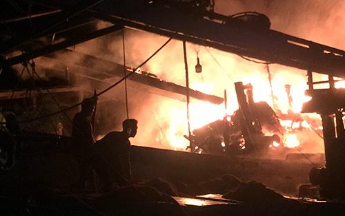 Hai tàu cá bốc cháy khi neo đậu tránh bão tại khu neo đậu ở xã An Thủy, huyện Ba Tri, tỉnh Bến Tre. Ảnh:Nguyễn Sự