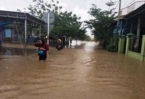 Người dân Ninh Thuận di chuyển khỏi điểm ngập lụt, sáng25/11. Ảnh: An Phước.