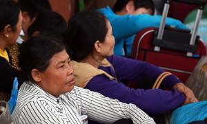 Hàng nghìn hành khách vạ vật ở ga Nha Trang vì đường sắt tê liệt