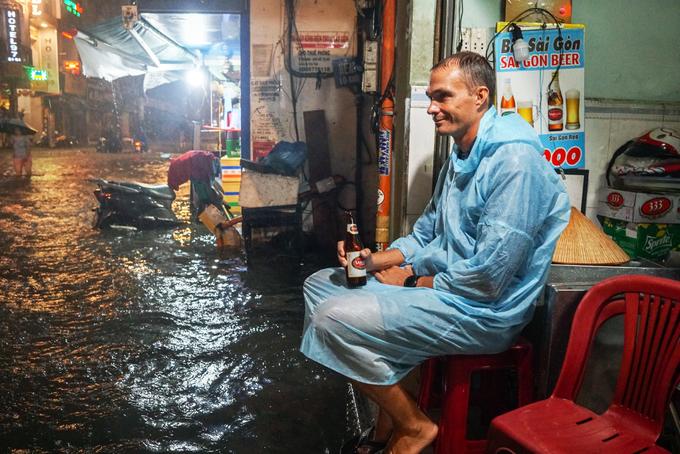 Phố đi bộ Sài Gòn lênh láng nước, khách Tây thích thú dạo chơi