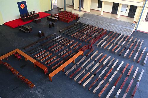Sân toà được trải thảm nhựa, khoảng 120 băng ghế được xếp ngay ngắn. Ảnh: Phạm Dự