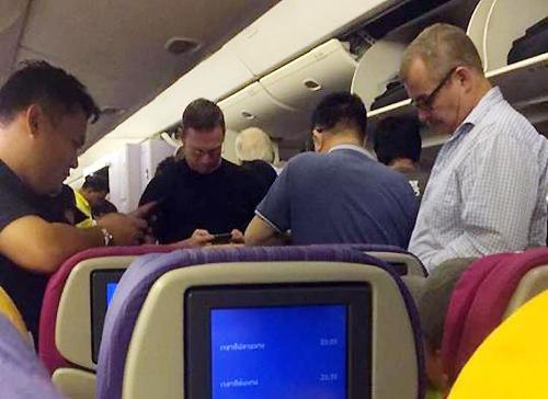 Hành khách trên chuyến bay TG556 từ Bangkok đến Tân Sơn Nhất không thể đáp nên phải bay ngược trở lại. Ảnh: HaNguyen.