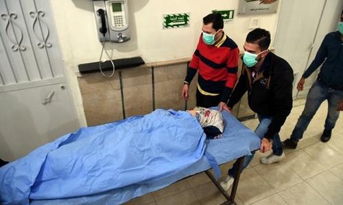 Một nạn nhân nghi bị ngộ độc khí clo ở Aleppo ngày 24/11. Ảnh: Reuters.