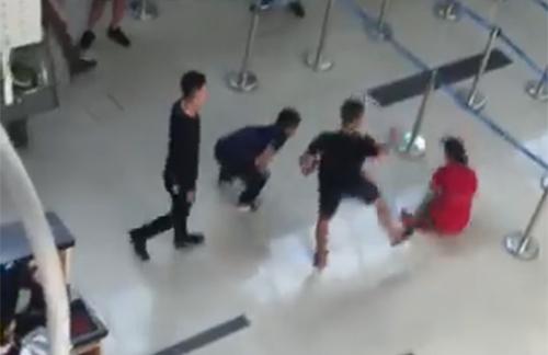 Chị Giang bị nhóm thanh niên đánh vào đầu, đạp ngã tại sảnh ga đi. Ảnh cắt tử clip.